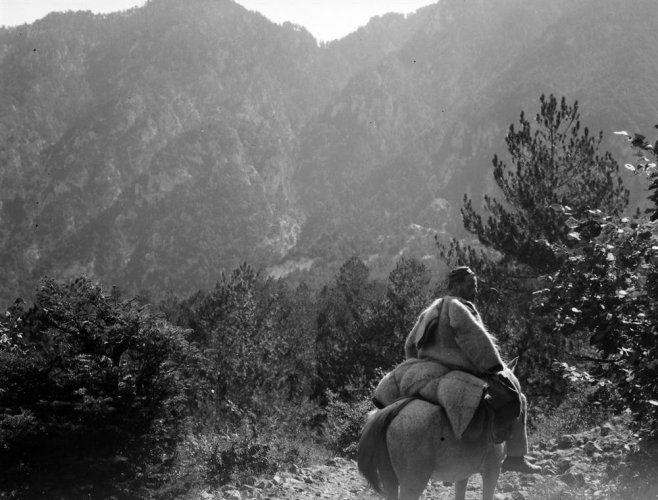 Άνδρας σε άλογο προς τη χαράδρα του Αώου. Ήπειρος, γύρω στα 1935 Έλλη Παπαδημητρίου