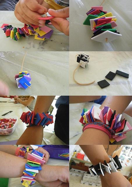 Pulseras de goma eva. Los alumnos de educación infantil podrán tener un rincón para realizar estas pulseras y collares.