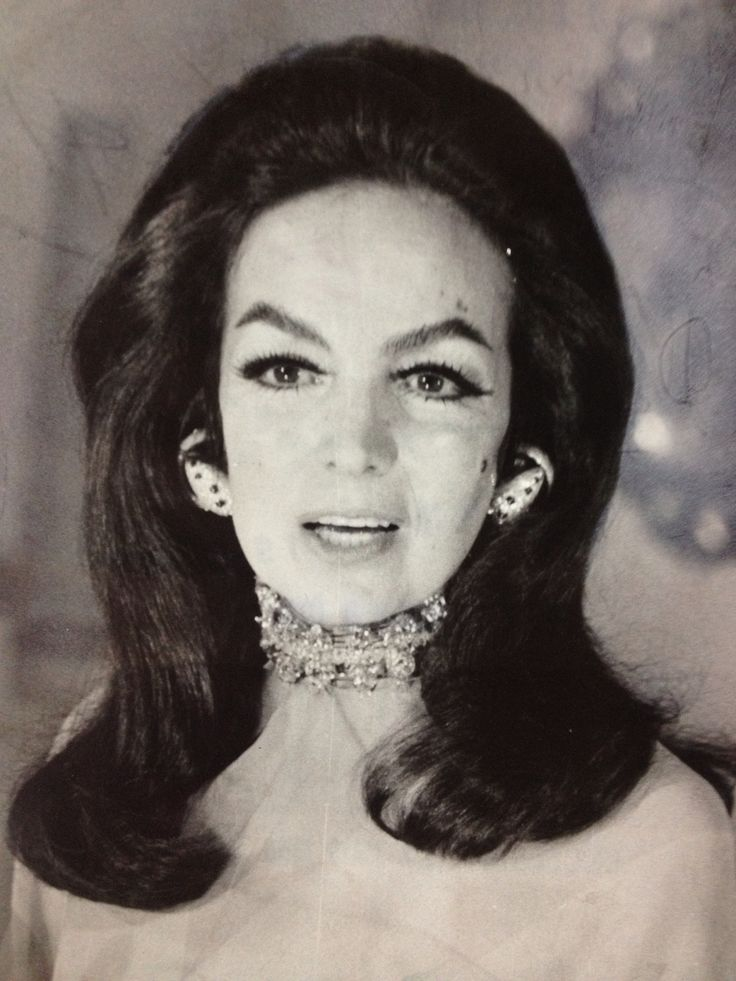 María Félix circa 1960 con aretes de coral rojo de China ...