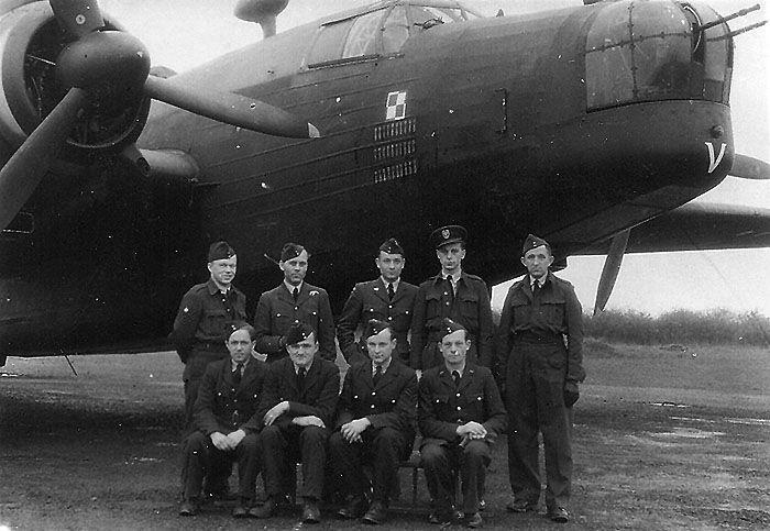 """Vickers Wellington Mk.X, HE480 BH-V, 300 (Polish) Bomber Squadron """"Ziemi Mazowieckiej"""". The crew from left: Sgt T. Jarząb (bombadier); F/Lt W. Wojtulewicz (pilot); F/Lt T. Dymek (navigator); P/O R. Wilczyński and P/O P. Król gunners. Sitting second from left a mechanic Czesław Olszewski."""