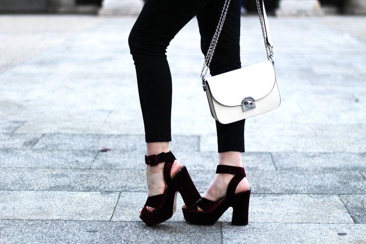 Sandalias de terciopelo burdeos y bolso blanco