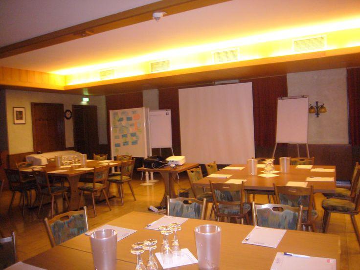 Für Tagungen und Besprechungen reservieren wir Ihnen gerne einen unserer Restauranträume. Je nach Personenzahl und Veranstaltungsart bzw. Bestuhlungsart haben wir bis zu 3 Nebenräume.