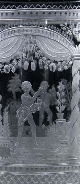 Detail - Franz Riedel, Isergebirge, um 1810 Auf der zylindrischen Wandung von Säulen, Draperien und floralen Gehängen gerahmte, allegorische, figürliche Darstellungen der vier Jahreszeiten. Ausführung in feiner, teils geblänkter Schnitttechnik. Lippe min. best. H. 11,3 cm