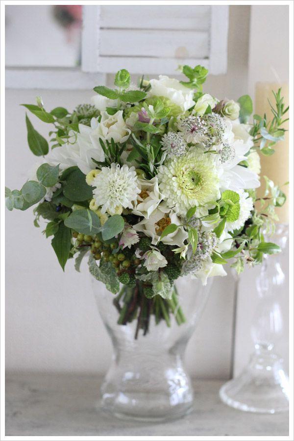 ハーブなどのグリーンをたっぷり使い、白い小花を合わせた、まるで野の花を摘んできたようなナチュラルなクラッチブーケ wedding.bouquet,white,green,natural,herb