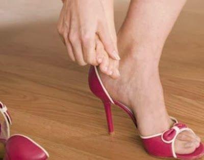 Ένα φοβερό κόλπο για να ανοίξετε τα στενά παπούτσια.