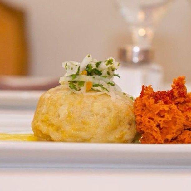 Luis Martín de Goizeko Kabi nos espera en nuestra segunda etapa con un tartar caliente de corvina albardado, su ceviche y esponja de tomate Foto Niall Walsh #diversidad #madrid #foodstagram #goizekokabi #instafood #instalife #porsche #porschepanamera