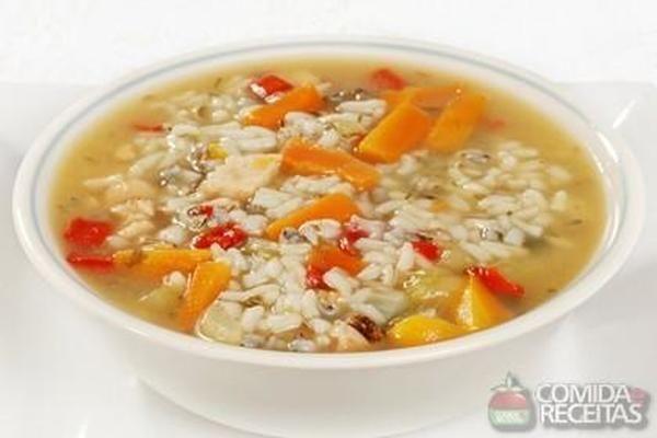 Canja rápida de galinha, em Sopas e Caldos, ingredientes: 1 cebola picada,4 colheres (sopa) de azeite,1 colher (sopa) de extrato de tomate,1 cenoura cortada em cubos,6 xícaras (chá) de água fervente,3 cubos de caldo de galinha,1 xícara (chá) de sobras de frango desfiado,2 xícaras (chá) de arroz lavado,Sal a gosto,Salsa e queijo parmesão ralado para polvilhar...