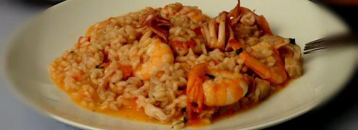 Il Risotto al #pomodoro con #gamberi, #calamari e #spada è unprimo piatto di #pesce dal sapore deciso, dedicato in modo particolare agli amantidei#menudimare. La ricetta è semplice e di facile realizzazione.