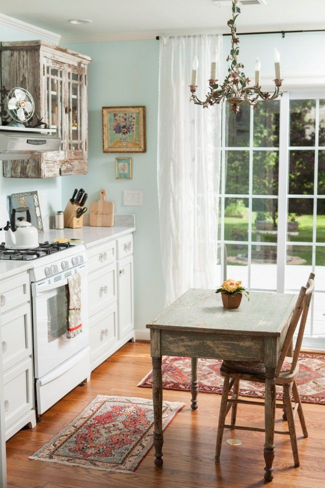 цветочная люстра,обшарпаный шкафчик+коврики под него и белый гарнитур и тюль