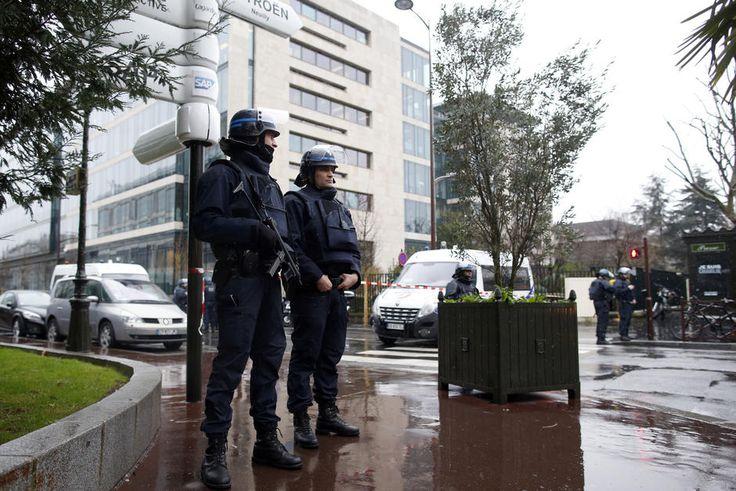 """Moins d'agents sur le terrain et moins d'attention prêtée aux """"signaux faibles"""" : le Financial Times explique que la réforme des services de renseignement, conduite par Nicolas Sarkozy en 2008, a privé la France d'un réseau dont elle aurait bien besoin pour faire face à la menace terroriste."""