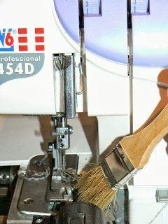 Ich hatte es versprochen ... Heute zeige ich wie einfach das Reinigen der Maschinen ist . Für die Overlock benötigen wir ... ei...