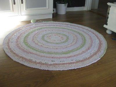 Att virka mattor verkar justnu vara lite på tapeten ;-) Jag virkade den här till dottern Michelles rum för några år sedan. Använde överblivna tyger i rosa, grön, natur och vita nyanser som jag rev i…