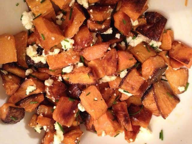 Tatlı patatesi keşfettiğimden beri bu salatayı yapıyorum. Son derece lezzetli olan bu salatayı biz çok seviyoruz. Üstelik hem sağlıklı, hem de çok kolay...