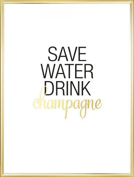 """Typografie-Poster mit dem Spruch """"Save water, drink champagne"""" in Schwarz und Gold auf weißem Hintergrund. Ein Poster mit neckischem Text, das für gute Stimmung sorgt, z.B. in der Küche. Lässt sich leicht mit unseren anderen Postern in Gold oder mit Typografie-Postern kombinieren. Das Wort """"Champagne"""" ist mit Goldfolie gedruckt. Die Goldfolie dieses Posters ist auf dickes mattes Papier gedruckt. www.desenio.de"""