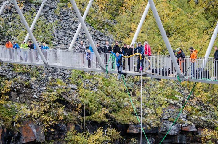 Et hopp fra 153 meters høyde ned i juvet i Kåfjorddalen garanterer et adrenalinkick og en naturopplevelse utover det vanlige. Fra Gorsabrua kan du hoppe i strikk!