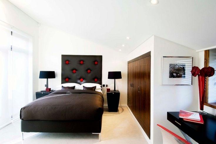 Bett-Kopfteil mit roten Akzenten im Schlafzimmer