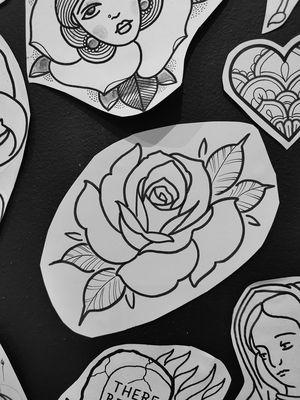 Alte Schulrosa-Blumentätowierung. Von Marco im Art de Pique Tattoo Studio in Tou …   – Tattoos