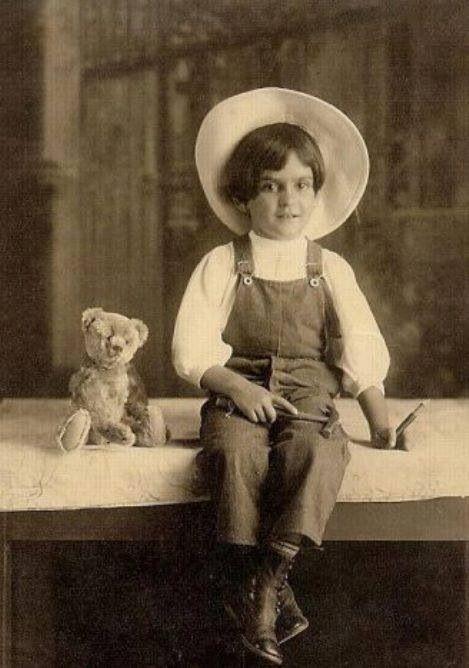 Frida a los seis años, edad en la cual es atacada por la poliomielitis,  suceso que marca su vida.