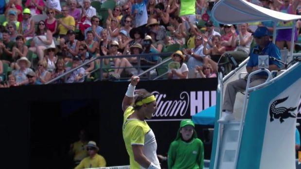 El español Rafael Nadal se despidió  hoy del Abierto de tenis de Australia en la primera ronda al caer ante su compatriota Fernando Verdasco por un dramático 7-6 (8-6), 4-6, 3-6, 7-6 (7-4) y 6-2. Pese a ello, la cuenta oficial de YouTube del Australian Open eligió un punto de Nadal como el mejor de la jornada. January 24, 2016.