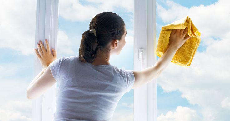 Heeft je badkamerspiegel een grondige beurt nodig? Of staan er hardnekkige vingerafdrukkenopje ruiten? Gebruik zeker dit middeltje eens!