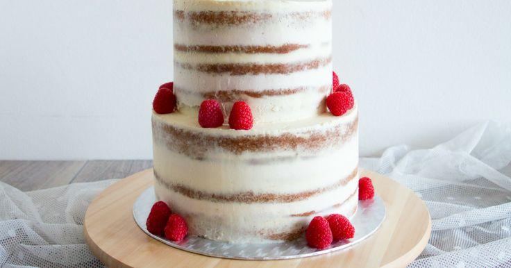 Dvoupatrový mandlový dort s Amarettem a malinovým krémem s likérem Crème de Cassis