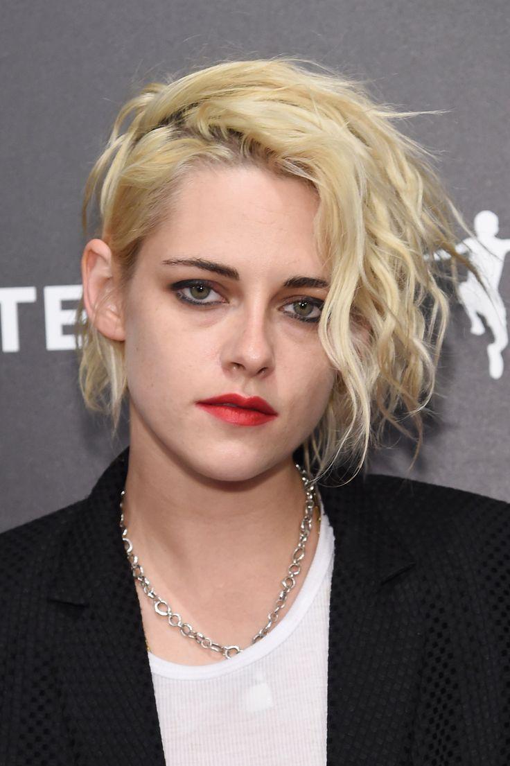 Le carré court ondulé blond platine de Kristen Stewart