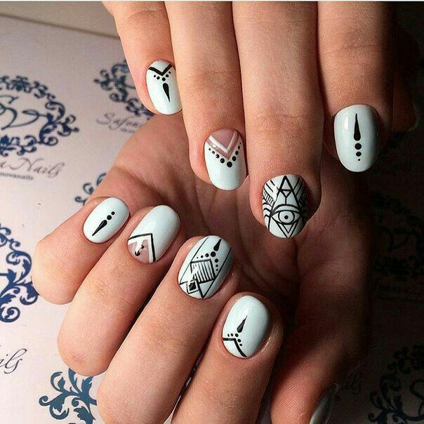 Nails blanco triangulo