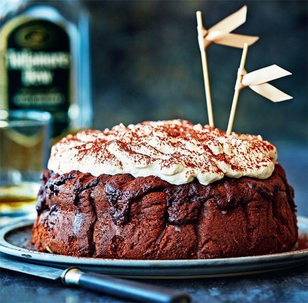 Irish coffee-kage med chokolade, whisky og Baileys. Få opskriften her!