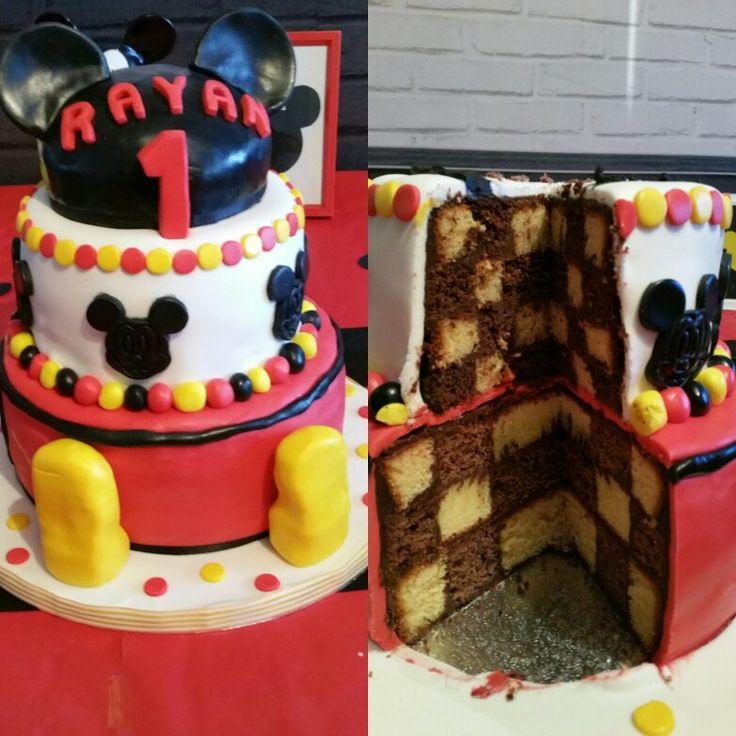 Gâteau d'anniversaire thème Mickey  À suivre sur www.facebook.com/Miss- CupN-Cakes