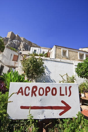 Sign in Anafiotika area showing the way to Acropolis in Athens. (Walking Athens, Route 04 - Plaka)