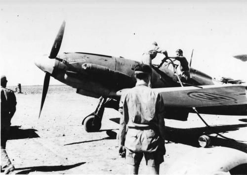 """Refuelling of an Italian fighter Macchi MC.202 """"Folgore"""" of 4st Stormo """"Francesco Baracca"""", Regia Aeronautica, at Martuba Airfield, Derna's area (Darnah), Lybia, 1942 . Martuba was an important base of Italian Air Force during the military operations in Lybia"""