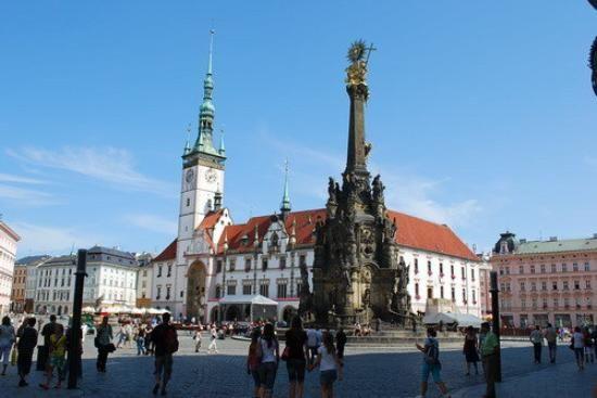 De barokke zuil, die in de jaren 1716–1754 tot stand gekomen is, vormt het zichtbare bewijs van de toenmalige vroomheid van deze bischopsstad. In de zuil zijn motieven van religieuze overwinning en geloof verenigd met een zeer kunstige architectonische vormgeving. De opname van de zuil op de UNESCO-lijst van wereld cultuur erfgoederen betekende een blijk van erkenning aan de hele stad Olomouc.