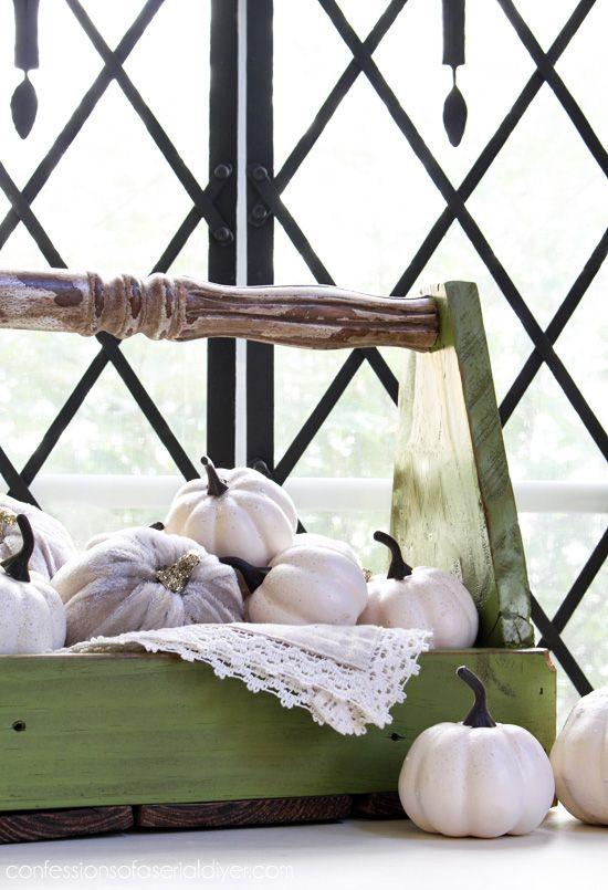 caja de madera hecha de vallas descartado y un viejo husillo silla.  Vea lo fácil que es hacer aquí!  Confesiones de una serie Do-it-artesanos