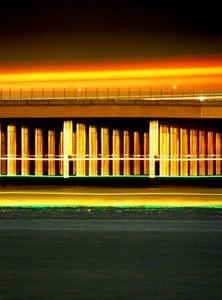 深夜の東京湾。超望遠レンズのカメラからは黄金色に輝く「神殿」が見えた。 東京都大田区・羽田空港の「D滑走路」。