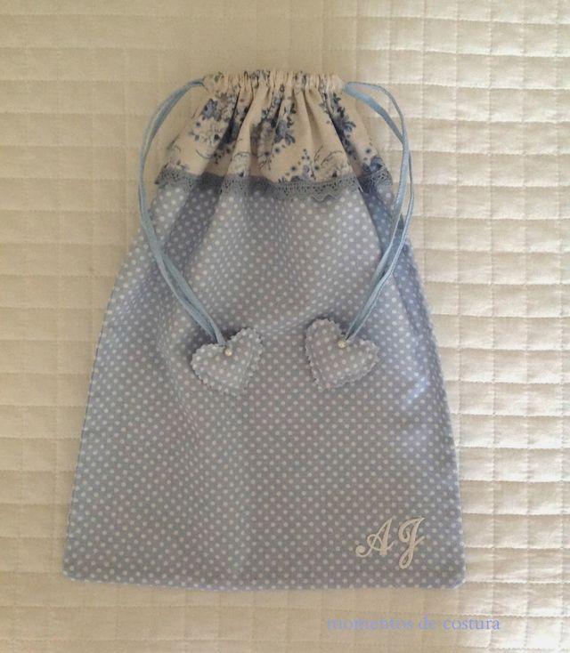 Otro detalle que podríamos hacer yañadir ala lista de regalos handmade es este conjunto de bolsa y sobre de tela. Con una línea romántica, muy femenina, es apropiado para guardar nuestra lencería.