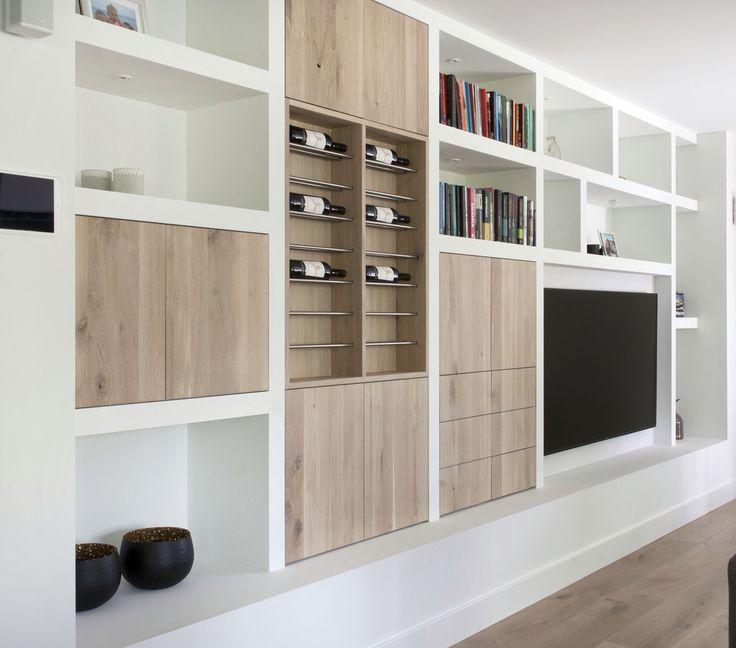 Wandkast op maat met eiken deuren en laden. Mooie verlichting in de nisjes. Gemaakt door SIJMEN Interieur!
