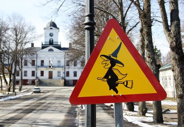 I love Easter Witches!  Idag har staden påskpyntats och i rådhusparken varnas det för häxor.