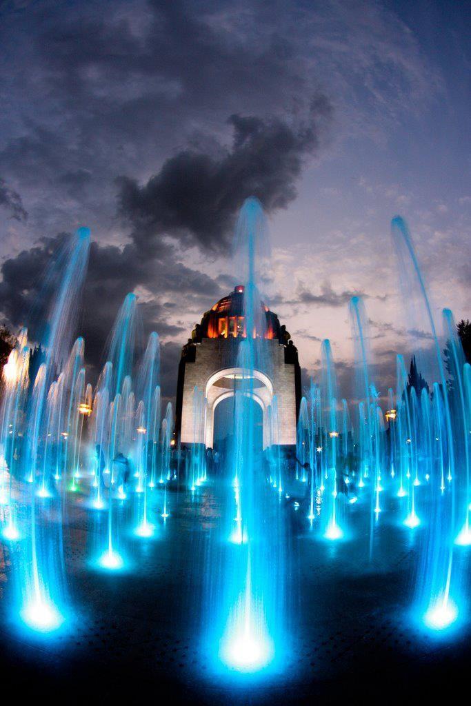 Monumento a la Revolución. En la Ciudad de México. ✿⊱╮Aquí yacen los restos de algunos revolucionarios: Madero, Carranza, Villa, Obregón, Calles y Cárdenas. Cuenta con un museo y un mirador.