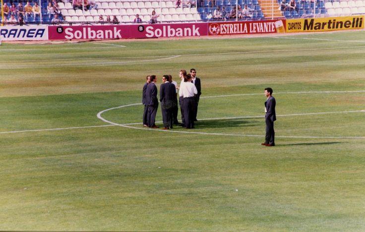 Foto realizada por @pjmc207 en el Estadio José Rico Pérez en una previa Hércules-FCB (96/97). Curiosa por dónde han llegado algunos de los personajes que aparecen en ella.