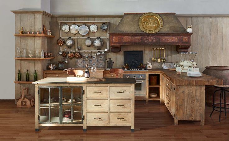 La Cucina Aurora è una cucina rustica toscana, funzionale all'uso ed adatta ad ogni tipo di arredamento, realizzata in legni antichi di prima patina.