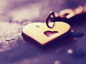 A szerelem, vagyis az angol love (szerelem) a szanszkrit lobha (mohóság) szóból ered. A szerelem ad, a mohóság elvesz. Tehát alkímiai értelemben a feldolgozott mohóság a belsőnkben képes szerelemmé alakulni. Belső átalakulási folyamat megy végbe, mikor szerelemre lobbanunk.A szerelem vakká tesz, tartja a mondás. Véleményem szerint viszont éppen, hogy felnyitja a szemeket. A szerelem tanít meg látni. Látni a másik valódi szépségét, megpillantani azt, hogy ki ő val�
