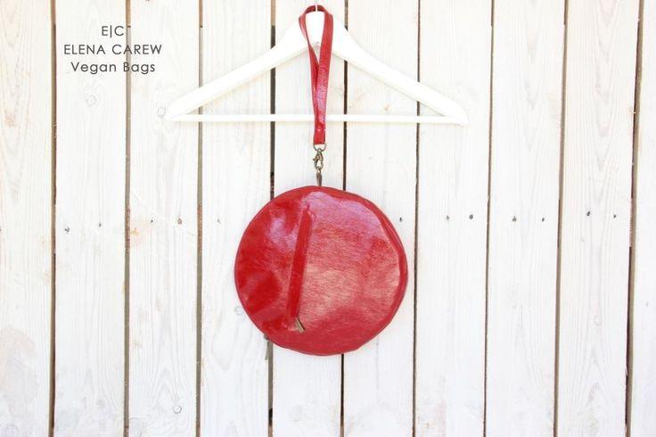 De koppeling van Agata rode ronde zak is een perfecte accessoire voor uw speciale gelegenheden en zelfs voor dagelijks gebruik. Het is klassiek en perfecte grootte voor het opslaan van de portemonnee, mobiele telefoon en meer. Deze koppeling portemonnee is gemaakt van hoge kwaliteit vegan leer.  Het is een origineel ontwerp van mijn nieuwste collectie, gemaakt met hoogwaardige materialen en uitstekende naaien afwerkingen.  De afmetingen van de koppeling: Breedte: 25 cm/10  Lengte: 25cm&#...