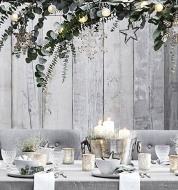 Een tafel dekken in kerstsfeer: wit, grijs en paar zilveren elementen.