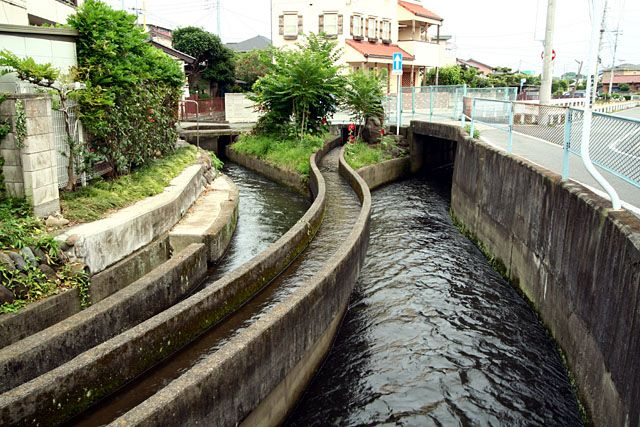 @nifty:デイリーポータルZ:円筒分水とかっこいい水路
