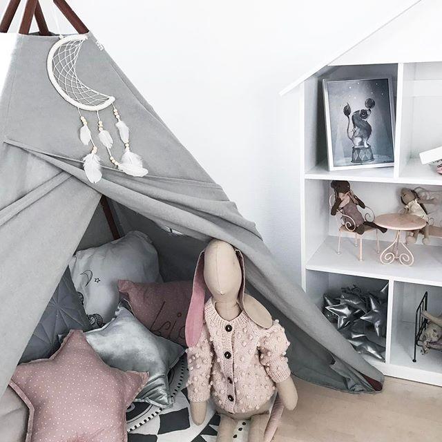 Little room 💕 Vi har fået leget rigtig meget herinde i dag.  Nu er taskerne pakket og den lille skal hjem til farmor og farfar for at overnatte.  Bliver spændende at se om hendes far og jeg får holdt vores Date Night i aften eller om den står på indhentning af søvn 🙈 God aften til jer alle!  #numero74 #tipi #maileg #shirleybredal #bunny #mrsmighetto #inspo #inspiration #deco #decor #interior #bebe #babyinspo #kids #kidsinspo #kidsinterior #kidsdecor #kidsroom #girlsroom #kinderzimmer…