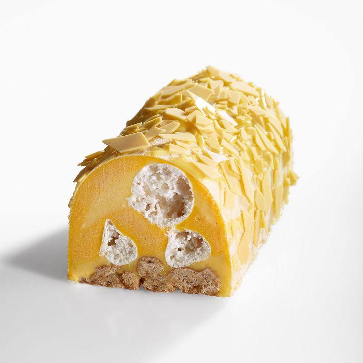 Bûche glacée Jaune Passion de Jérémie Runel (La Fabrique Givrée) : streusel noisette, sorbet passion et tonka, sorbet mangue, meringue craquante et éclats de chocolat passion.