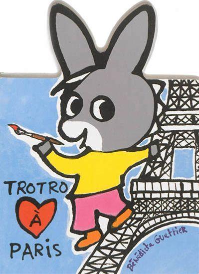 Trotro visite Paris. Il monte sur la tour Eiffel, à Montmartre, il fait un tour de manège et il va voir Mona Lisa au Louvre. Mais ce qu'il préfère c'est manger une glace en regardant Notre-Dame.