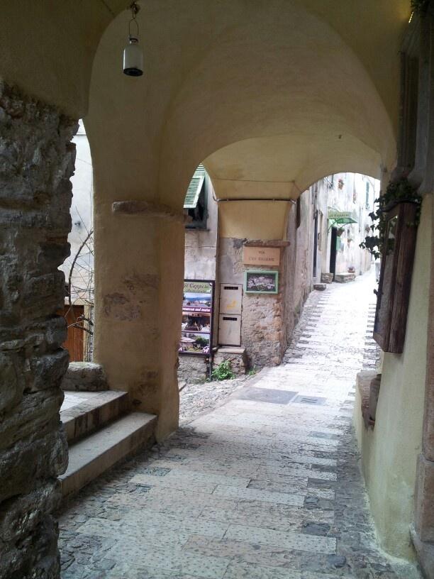 Siamo a Borgio Verezzi, uno dei Borghi più belli d'Italia, scelto come set fotografico per promuovere il made in #Liguria