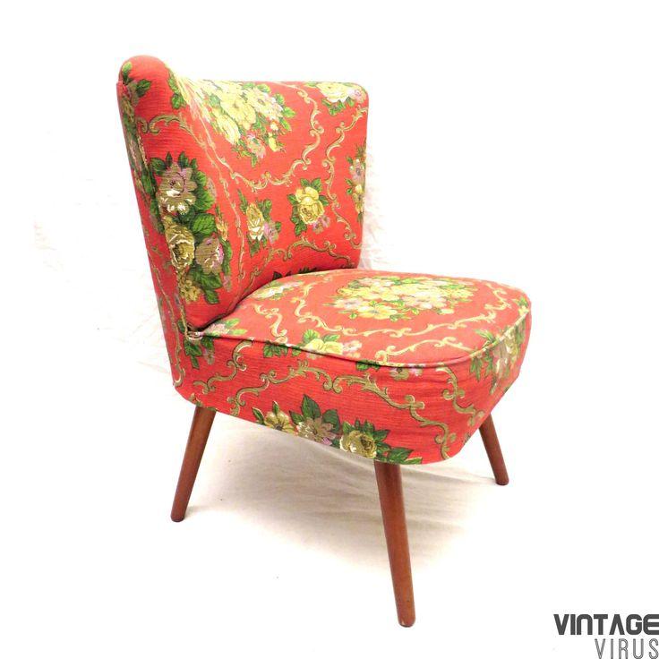 Vintage cocktailstoel / fauteuil rode stof met bloemenprint op mooie schuine pootjes