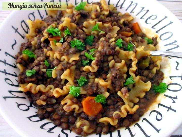 """La pasta e lenticchie non può mancare mai, nemmeno a dieta. Sana e leggera, anche vegan, qui preparata alla napoletana, ovvero """"abbracciata"""": squisita!"""